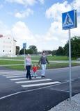 Семья из трех человек пересекая дорогу. Стоковые Фотографии RF