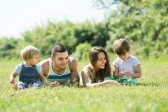 Семья из четырех человек в солнечном парке Стоковое Изображение
