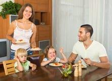 Семья из четырех человек есть спагетти Стоковое Изображение