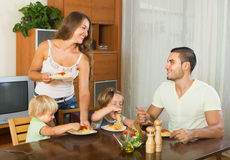 Семья из четырех человек есть спагетти Стоковые Фотографии RF