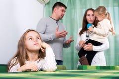 Семья из четырех человек имея ссору дома Стоковые Изображения