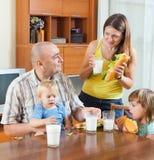 Семья из четырех человек на обеде Стоковые Изображения RF