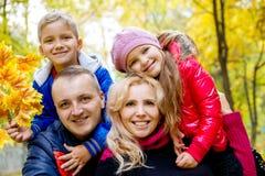 Семья из четырех человек на предпосылке осени Стоковая Фотография RF