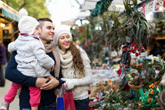 Семья из четырех человек на рождественской ярмарке Стоковое Изображение