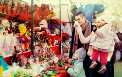 Семья из четырех человек на рождественской ярмарке Стоковое фото RF
