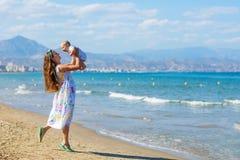 Семья имеет потеху на seashore в летнем времени Стоковое Изображение