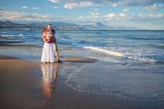 Семья имеет потеху на seashore Стоковые Изображения