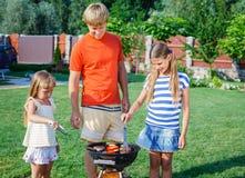 Семья имея барбекю Стоковое Изображение RF