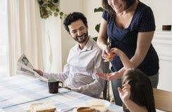Семья имея завтрак совместно на обеденном столе Стоковое Фото