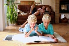 Семья имея качественное время дома Стоковые Изображения