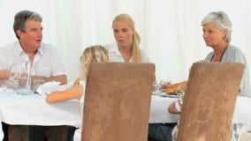 Семья имея обедающий видеоматериал