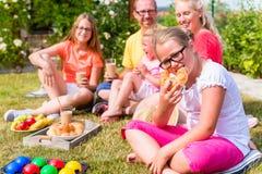 Семья имея пикник в фронте сада их дома Стоковая Фотография RF