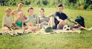 Семья имея пикник совместно Стоковые Фотографии RF
