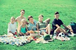 Семья имея пикник совместно Стоковые Фото