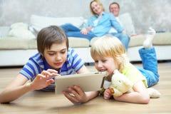 Семья имея полезного время работы Стоковые Изображения
