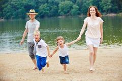 Семья имея потеху в лете на пляже Стоковые Изображения RF