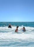 Семья имея потеху в красивом океане Стоковое Фото