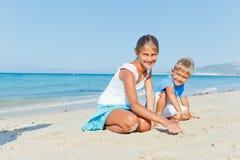 Семья имея потеху на пляже Стоковое Изображение