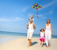 Семья имея потеху на пляже Стоковое Фото