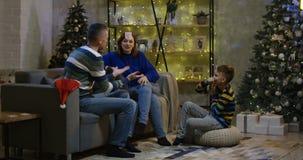 Семья имея потеху на Рожденственской ночи акции видеоматериалы
