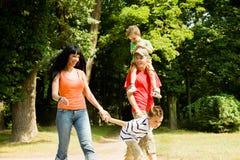 семья имея прогулку Стоковое Изображение