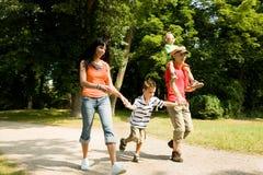 семья имея прогулку Стоковая Фотография