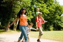 семья имея прогулку Стоковое Изображение RF