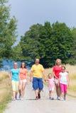 Семья имея прогулку на пути в древесинах Стоковое Изображение