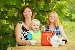 семья имея чай Стоковое фото RF