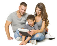 Семья используя таблетку, счастливые родителей при ребенок сидя над белизной Стоковая Фотография RF