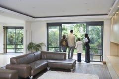 Семья и агент по продаже недвижимости на новом свойстве стоковая фотография