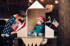 Семья и детство Счастливый День независимости США Патриотизм и свобода Перемещение и приключение Отец и малое стоковые фото