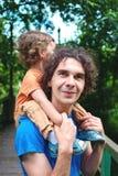 Семья идет в парк города Стоковая Фотография RF