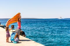 Семья и люди ждать на пароме пассажира turist Стоковые Фотографии RF