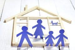 Семья и домашняя концепция, бумажные силуэты стоковые изображения