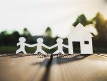 Семья и дом в парке, сохраняют деньги для будущей концепции недвижимости Стоковое Изображение RF