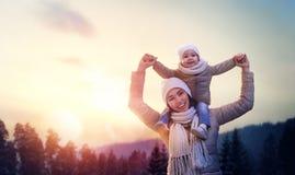 Семья и сезон зимы стоковое фото rf