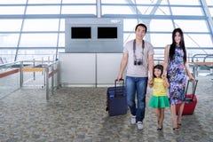 Семья идя в крупный аэропорт Стоковые Изображения RF