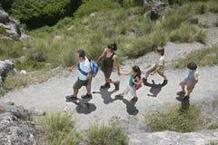 Семья идя вдоль пути горы Стоковое Фото