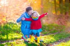 Семья идя в парк осени Стоковые Фото