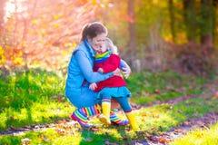 Семья идя в парк осени Стоковая Фотография RF