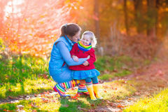 Семья идя в парк осени Стоковое фото RF