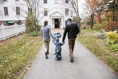 Семья идя к школе стоковое фото rf