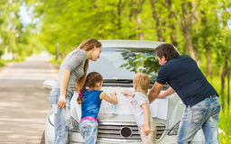 семья идя на отключение автомобилем стоковая фотография