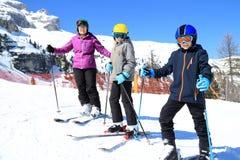 Семья катается на лыжах стоковые фотографии rf