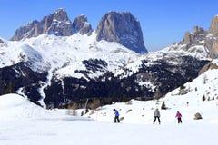 Семья катается на лыжах стоковая фотография rf
