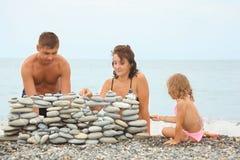 семья конструкции около камушков стоковое изображение rf