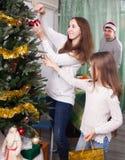 Семья, который нужно подготовить для торжества рождества Стоковое фото RF