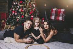 Семья, красивая дочь, папа и мама младенца маленькой девочки в счастливого рождествах Стоковые Изображения