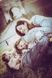 Семья лежа и играя на траве Стоковое Изображение